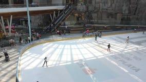 Катание на коньках детей сток-видео
