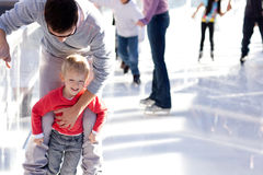 Катание на коньках семьи стоковая фотография rf