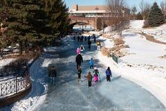 Катание на коньках людей на замороженном озере Стоковые Фотографии RF