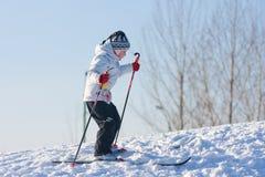 катание на лыжах девушки Стоковое Изображение RF