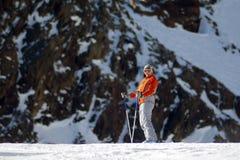 катание на лыжах девушки Стоковая Фотография RF