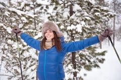 Катание на лыжах женщины в древесинах Стоковые Изображения