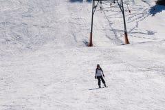Катание на лыжах женщины на горе Ziria в Греции Стоковые Изображения RF