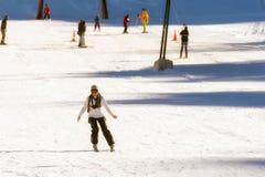 Катание на лыжах женщины на горе Ziria в Греции Стоковые Фото