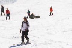Катание на лыжах женщины на горе Ziria в Греции Стоковое фото RF