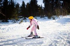 Катание на лыжах изучения девушки Стоковые Изображения
