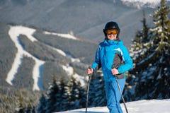 Катание на лыжах лыжника в горах Стоковая Фотография