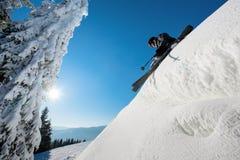 Катание на лыжах лыжника в горах Стоковые Изображения