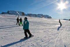 Катание на лыжах людей Стоковые Изображения