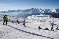 Катание на лыжах людей Стоковые Фотографии RF
