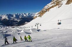 Катание на лыжах людей Стоковые Изображения RF