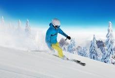 Катание на лыжах молодого человека в Альп стоковое изображение rf