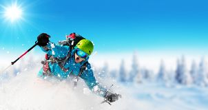 Катание на лыжах молодого человека на piste стоковое изображение