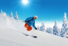 Катание на лыжах молодого человека на piste стоковое изображение rf