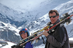катание на лыжах отца дочи идя Стоковое фото RF