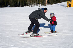 катание на лыжах отца ребенка Стоковые Изображения RF