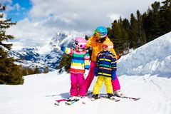 Катание на лыжах семьи в горах Лыжа матери и ребенк стоковая фотография rf