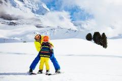 Катание на лыжах семьи в горах Лыжа матери и ребенк стоковое изображение rf