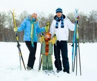катание на лыжах семьи счастливое Стоковая Фотография