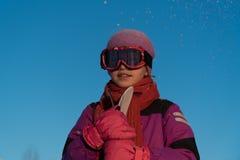 Катание на лыжах, спорт зимы - портрет молодого лыжника стоковые изображения rf