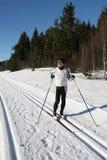 катание на лыжах человека страны перекрестное делая старшее Стоковые Фото