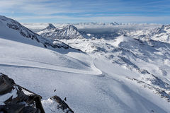 Катание на лыжах горы - панорамный взгляд на наклонах лыжи и Cervinia, Аосте ` Италии, Valle d, Cervinia Стоковые Изображения RF