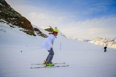 Катание на лыжах девочка-подростка в швейцарце Альпах в солнечном дне стоковое изображение rf