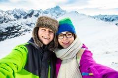 Катание на лыжах девочка-подростка и мальчика Стоковое Изображение RF