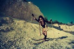 Катание на лыжах девушки в горячем сезоне Стоковые Фотографии RF