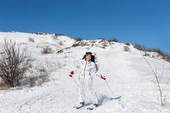 Катание на лыжах женщины на горе пока смотрящ камеру Стоковая Фотография RF