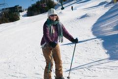 Катание на лыжах женщины на горе Snowshoe, Западной Вирджинии стоковые фотографии rf