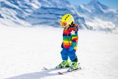 Катание на лыжах маленького ребенка в горах Стоковая Фотография
