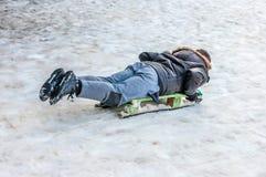 Катание на лыжах мальчика на наклоне Стоковые Фотографии RF
