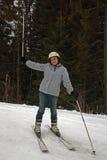 Катание на лыжах молодой женщины стоковая фотография rf