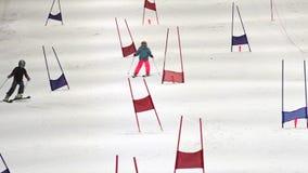 Катание на лыжах пар в Snowpanet Окленде Новой Зеландии сток-видео