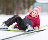 Катание на лыжах приниманнсяое за ребенком к зиме Стоковое фото RF
