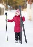 Катание на лыжах приниманнсяое за ребенком к зиме Стоковое Фото
