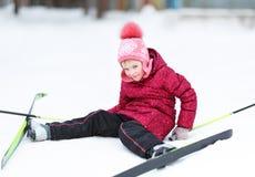 Катание на лыжах приниманнсяое за ребенком на зиме Стоковые Изображения