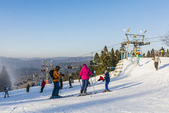 Катание на лыжах семьи на piste стоковые фотографии rf