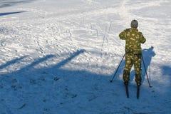 Катание на лыжах человека Стоковое фото RF