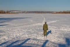 Катание на лыжах человека Стоковые Изображения RF