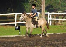 Катание лошади маленькой девочки Стоковое Фото