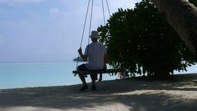 Катание папы и дочери на качании на красивом пляже сток-видео