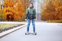 Катание подростка на gyroscoote стоковые изображения rf