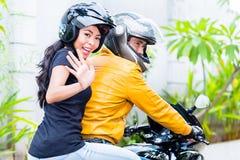 Катание подруги с парнем на мотоцилк стоковое фото