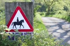 Катание пони лошади остерегает всадников дороги предупредительного знака животных trekking на опасности шоссе пути центра аварии  Стоковая Фотография