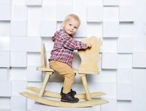 Катание ребенка на лошади игрушки Стоковые Изображения