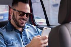 Катание счастливого человека нося с компанией сети транспорта и Стоковое фото RF