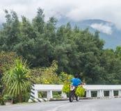 Катание человека на мотоцикле через горы стоковые фотографии rf