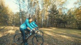 Катание человека и женщины велосипед на красивом лесе осени акции видеоматериалы